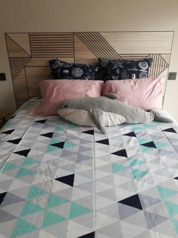 Cabecero-de-cama-con-vinilo-autoadhesivo-madera-geometrica-negra-lokoloko