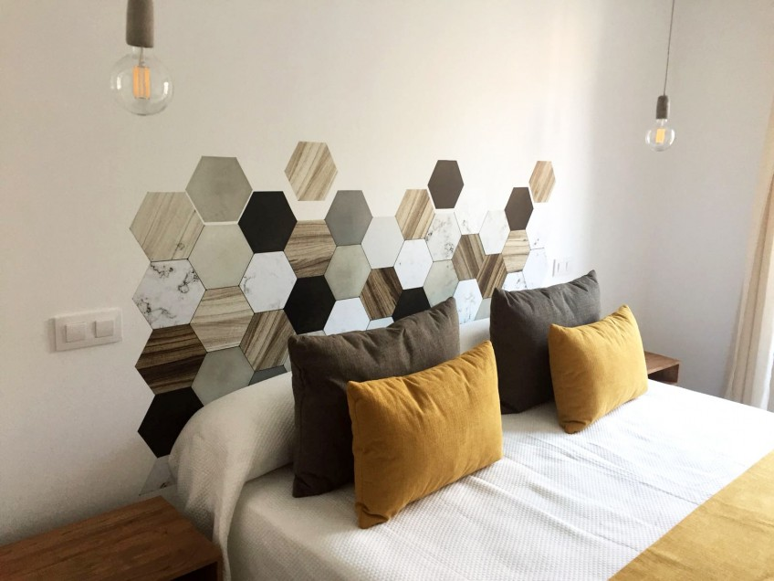 Diy-con-vinilo-para-cabecero-de-cama-azulejos-hexagonales-ceramica-y-madera-lokoloko-design