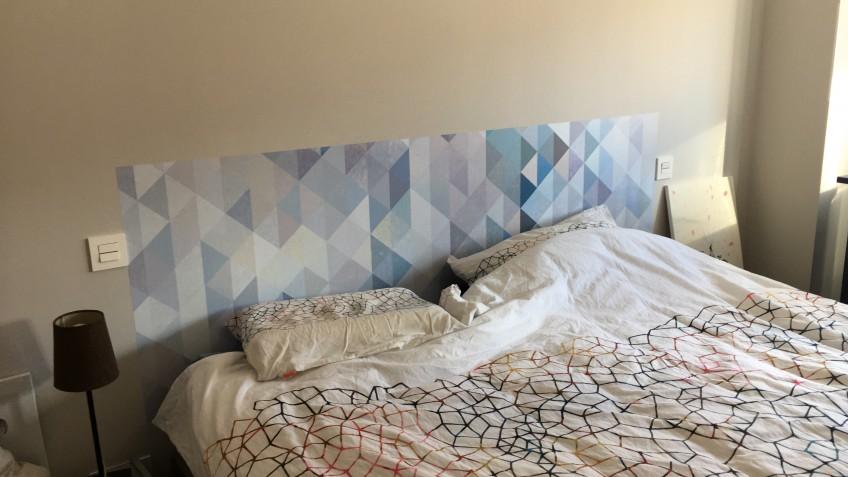 Vinilo-autoadhesivo-para-cabecero-de-cama-de-matrimonio-mosaicos-de-triangulos-azul-serenidad-lokoloko