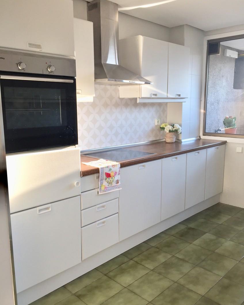 Vinilo-impermeable-mosaico-de-circulos-blancos-para-renovar-frente-de-cocina-sin-obras-lokoloko