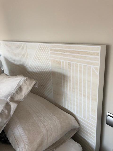 Cuida-con-vinilo-para-muebles-de-madera-geometrica-blanca-el-cabecero-malm-ikea-hack-lokoloko