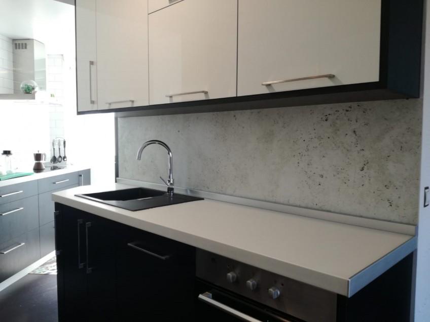 Vinilo-autoadhesivo-lavable-textura-piedra-para-renovar-salpizadero-de-la-cocina-lokoloko