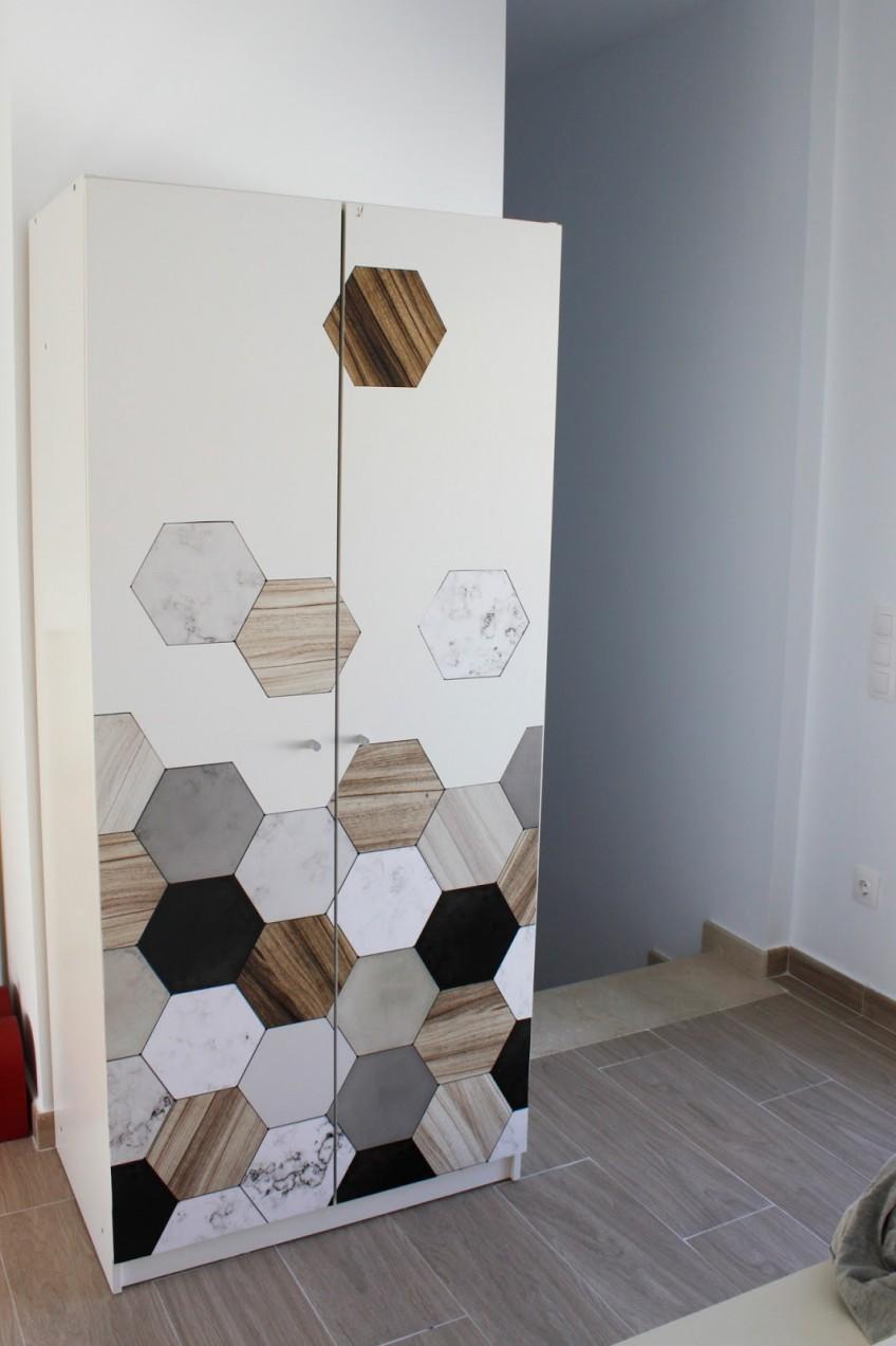 Mejora-con-vinilo-autoadhesivo-azulejos-hexagonales-ceramica-marmol-madera-armario-bostrak-ikea-hack-lokoloko