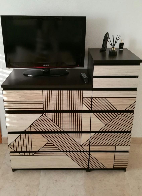 Modifica-con-vinilo-autoadhesivo-y-lavable-de-madera-geometrica-negra-las-comodas-malm-de-ikea-hacks-lokoloko