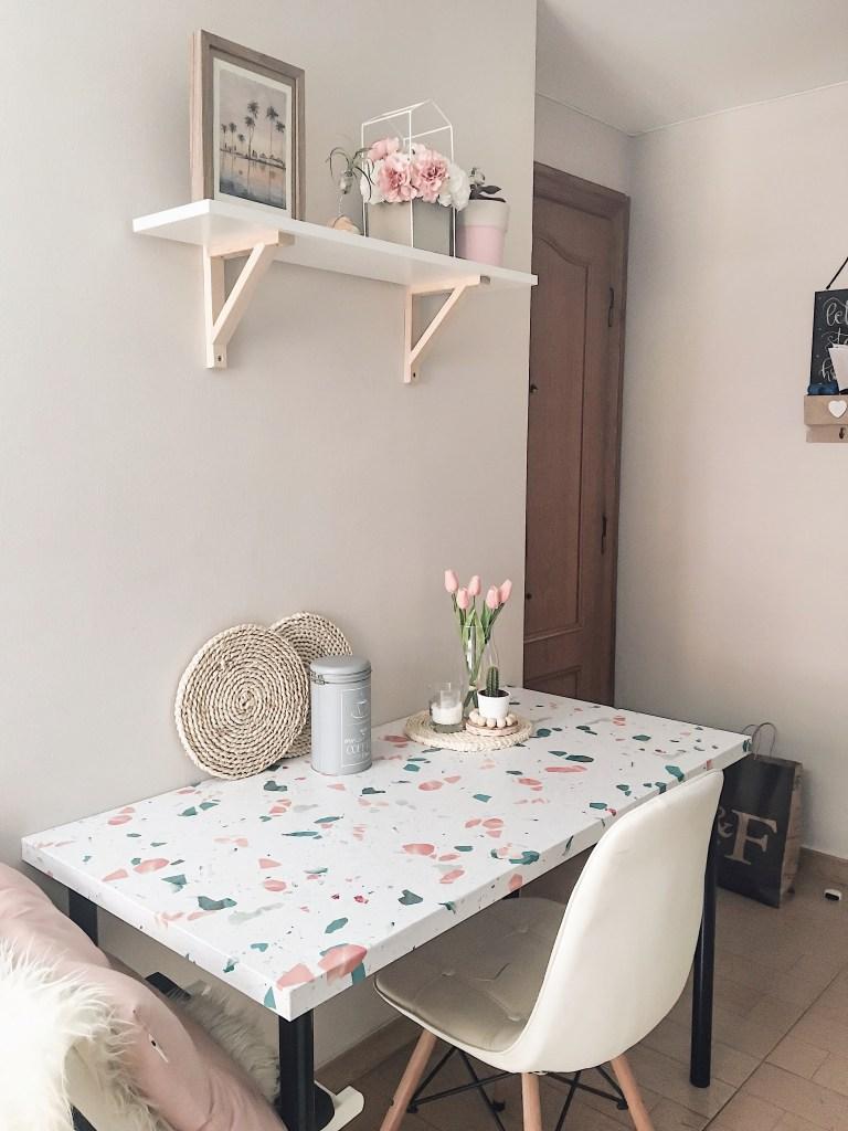 Renovando-con-vinilo-lavable-terrazo-mediterraneo-mesa-adils-linnom-ikea-hack-lokoloko