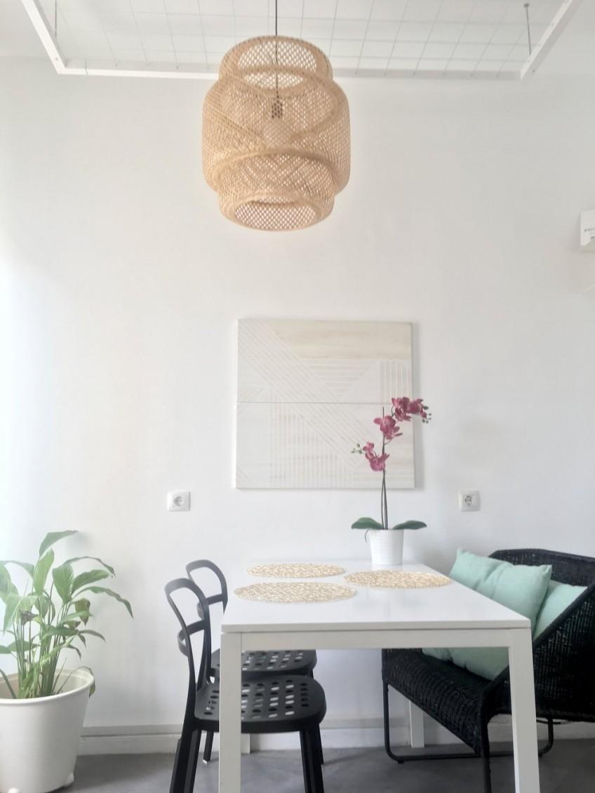 Tunea-con-vinilo-autoadhesivo-textura-madera-geometrica-blanca-spontan-tablon-imantado-ikea-hack-lokoloko-emmmestudio