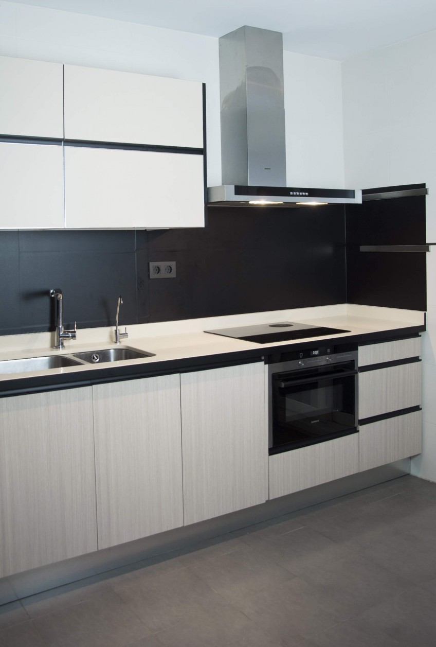 Vinilo-para-pegar-frentes-de-cocina-color-liso-negro-lokoloko