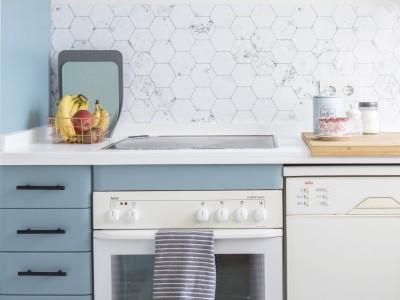 Reforma sin obras: vinilos lavables en la cocina de tu Airbnb