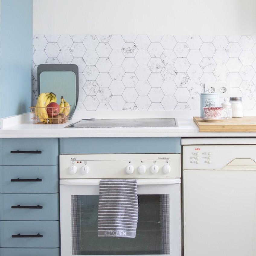 Frente-de-cocina-con-vinilo-azulejos-hexagonales-de-marmol-lokoloko