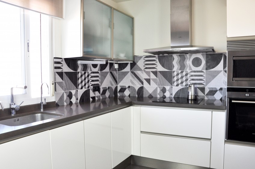 vinilo-lavable-geometria-vintage-oscura-para-forrar-salpicadero-de-cocina-sin-obras-lokoloko