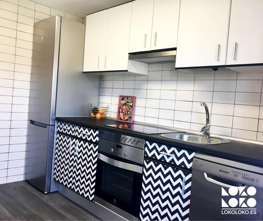 renovar-cocina-con-vinilo-lavable-de-patron-ceramico-blanco-y-negro-lokoloko