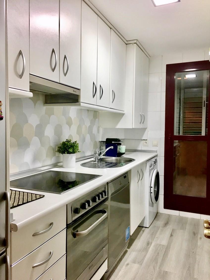 Vinilo-lavable-escamas-grisaceas-para-renovar-frente-cocina-lokoloko-decoryver
