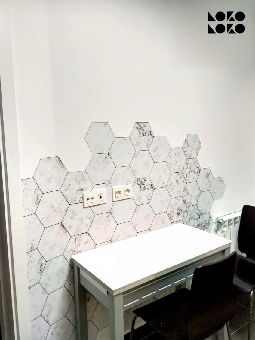 vinilo-de-azulejos-hexagonales-de-marmol-blanco-para-decorar-pared-de-comedor-lokoloko