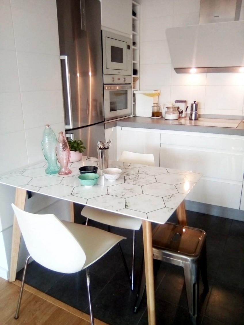 vinilo-para-forrar-mesas-azulejos-hexagonales-de-marmol-blanco-lokoloko-design