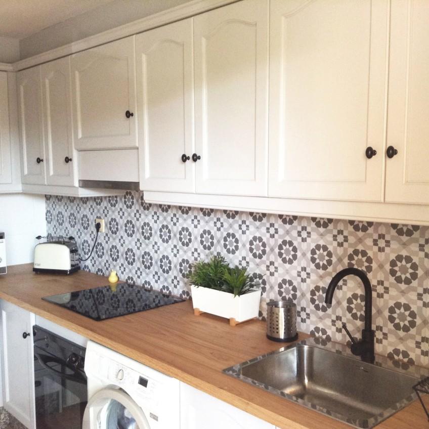 vinilo-para-pegar-en-frente-de-cocina-patron-vintage-blanco-y-negro-lokoloko