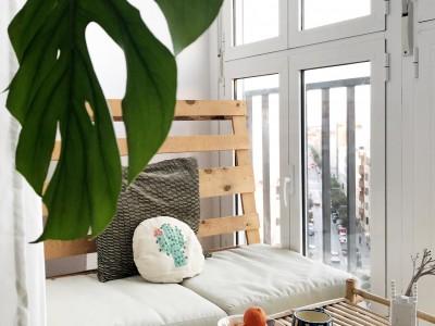 ¡Super Deco DIY! Reforma de un balcón cerrado con vinilo y papel de pared
