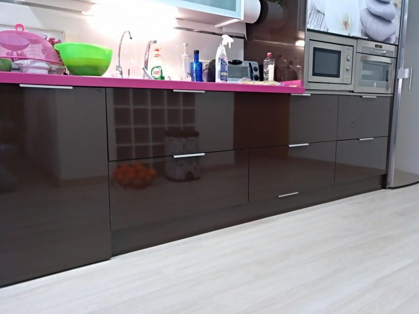 Cocina-de-color-marron-antes-de-renovar-con-vinilo-textura-madera-lokoloko