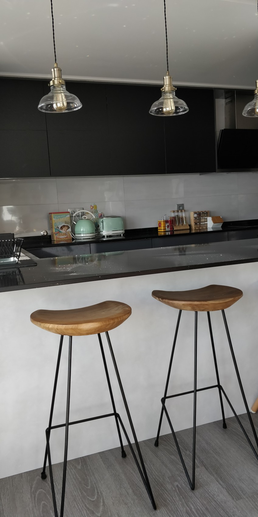 Cocina-oscura-renovada-con-vinilo-lavable-de-textura-hormigon-gris-claro-lokoloko