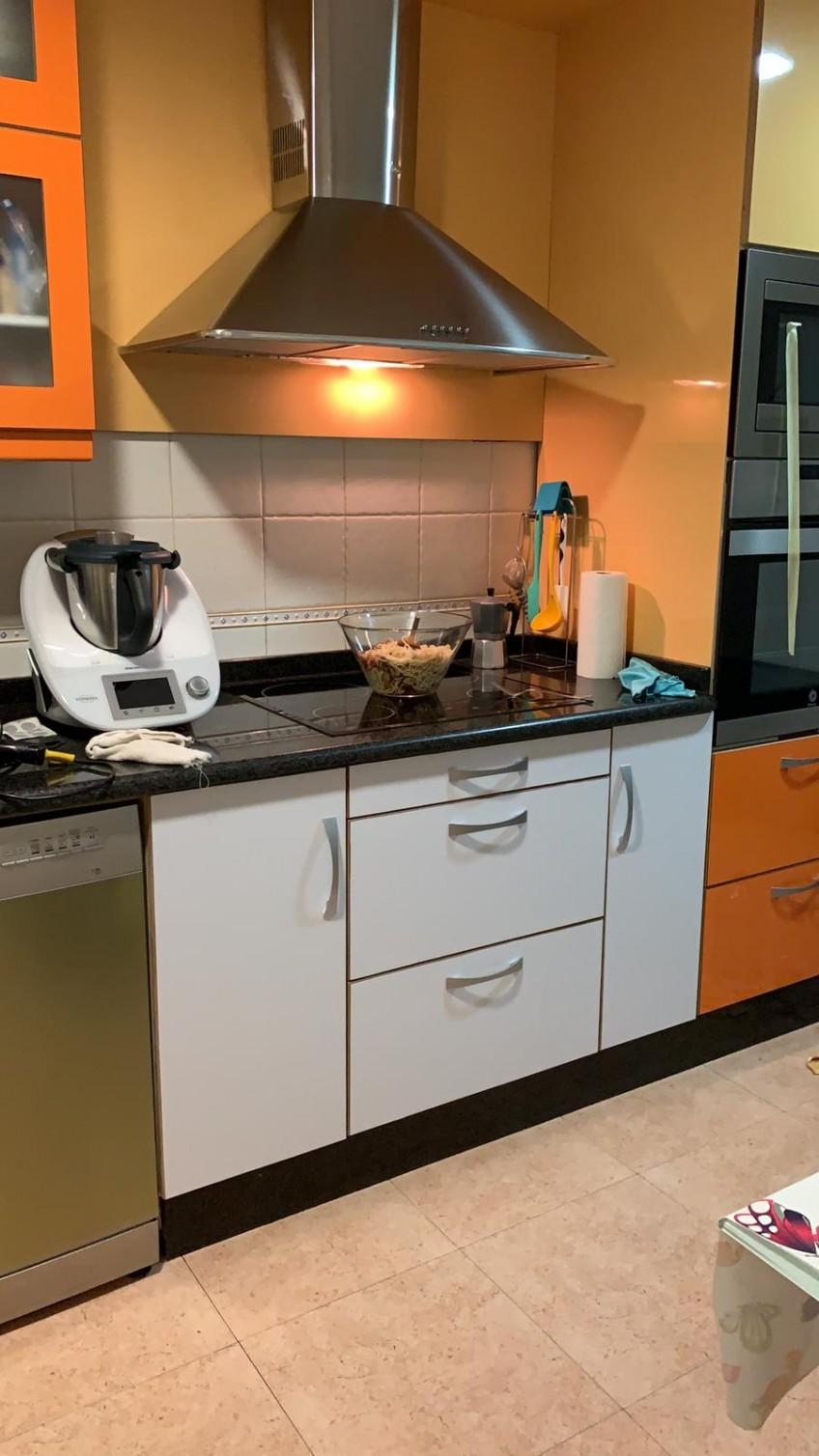 Vinilo-blanco-lavable-para-tapar-color-naranja-de-muebles-de-cocina-lokoloko