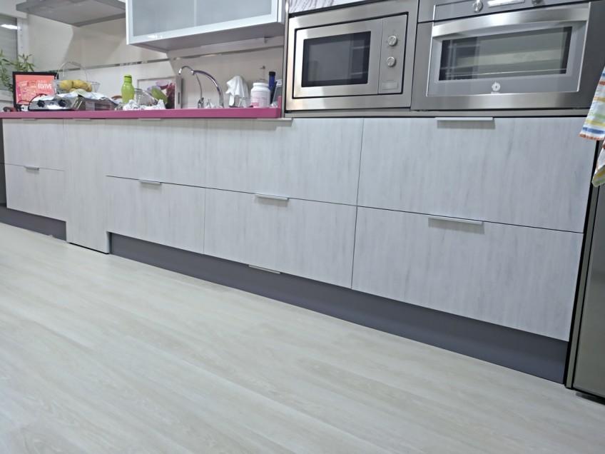 Vinilo-lavable-para-renovar-muebles-de-cocina-sin-obras-textura-madera-lokoloko