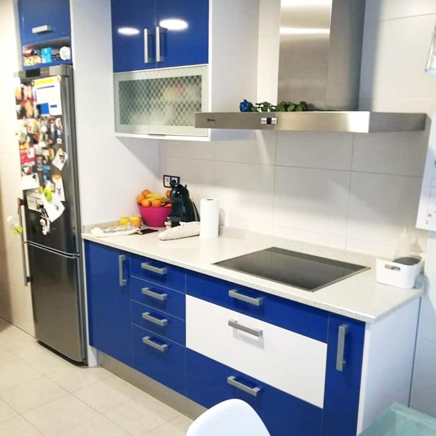 vinilo-lavable-color-blanco-forrando-muebles-coloridos-de-cocina-lokoloko