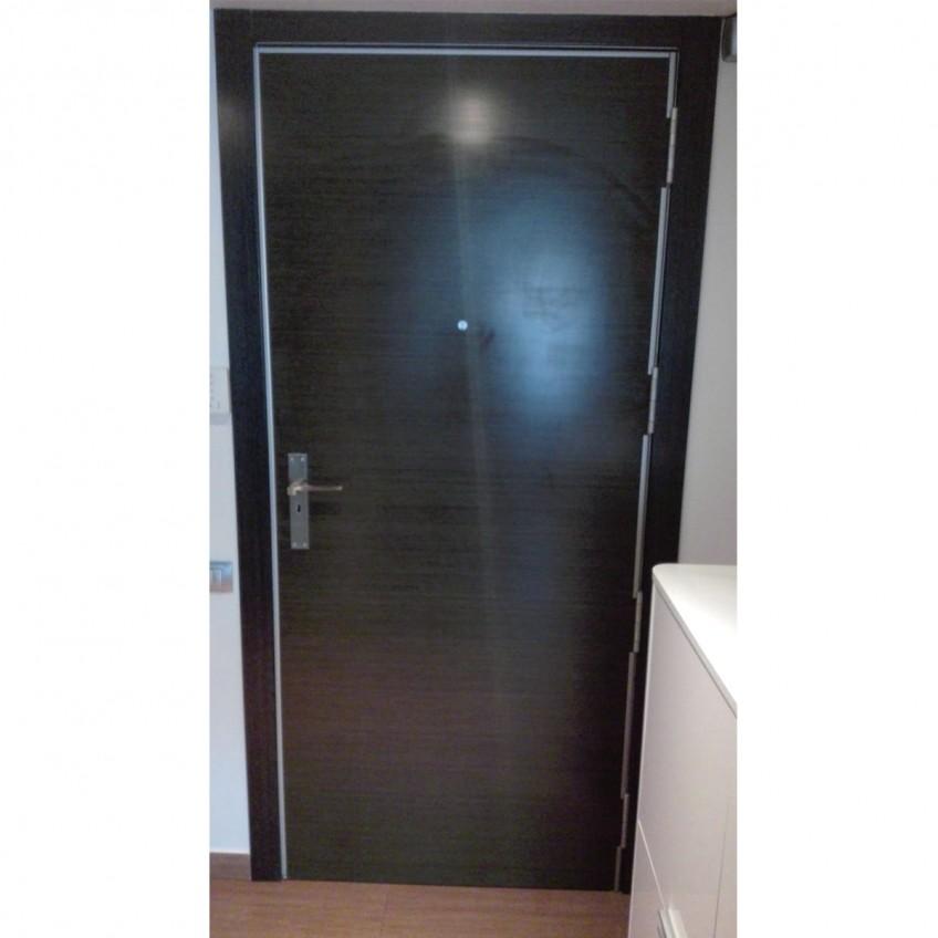 Antes-vinilo-lavable-madera-geometrica-1-para-renovar-la-puerta-del-recibidor-lokoloko