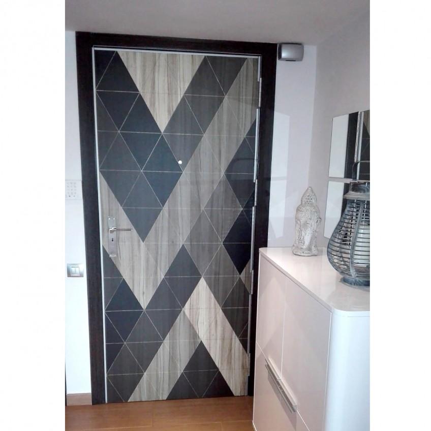 Despues-vinilo-lavable-madera-geometrica-1-para-renovar-la-puerta-del-recibidor-lokoloko