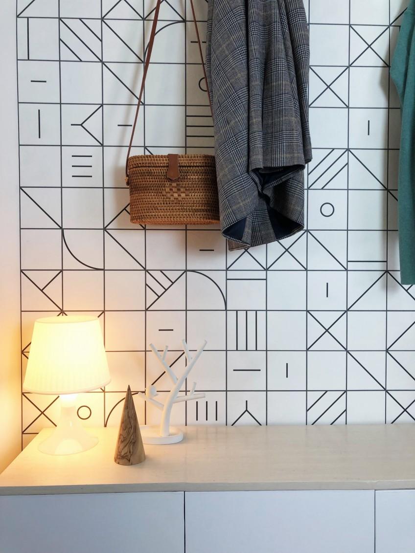 Detalle-cambio-de-recibidor-con-papel-de-pared-geometria-bauhaus-negro-lokoloko