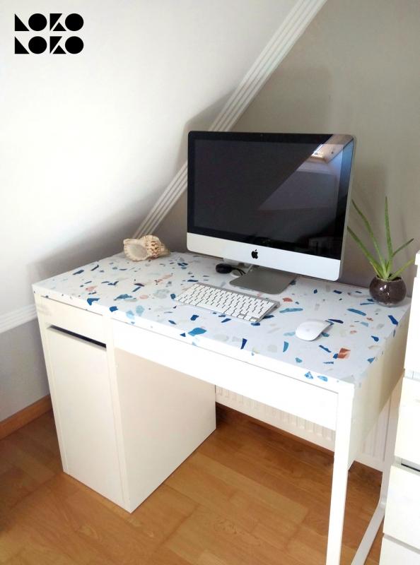 Forrar-mesa-de-oficina-con-vinilo-autoadhesivo-textura-terrazo-frio-albaalabla-lokoloko