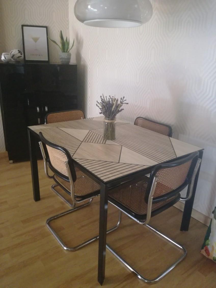 Mesa-de-comedor-renovada-con-vinilo-autoadhesivo-lavable-mosaico-de-madera-geometrica-negra-lokoloko