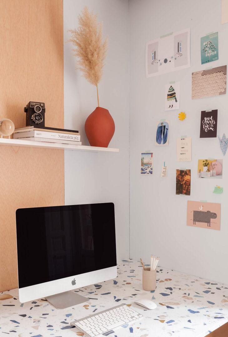 Mesa-de-escritorio-renovada-con-vinilo-para-muebles-terrazo-oscuro-oficina-fabricadeimaginacion-lokoloko