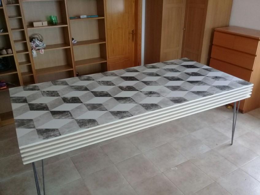 Mesa-de-salon-forrada-con-vinilo-autoadhesivo-cubos-desgastados-para-pisos-de-alquiler-lokoloko
