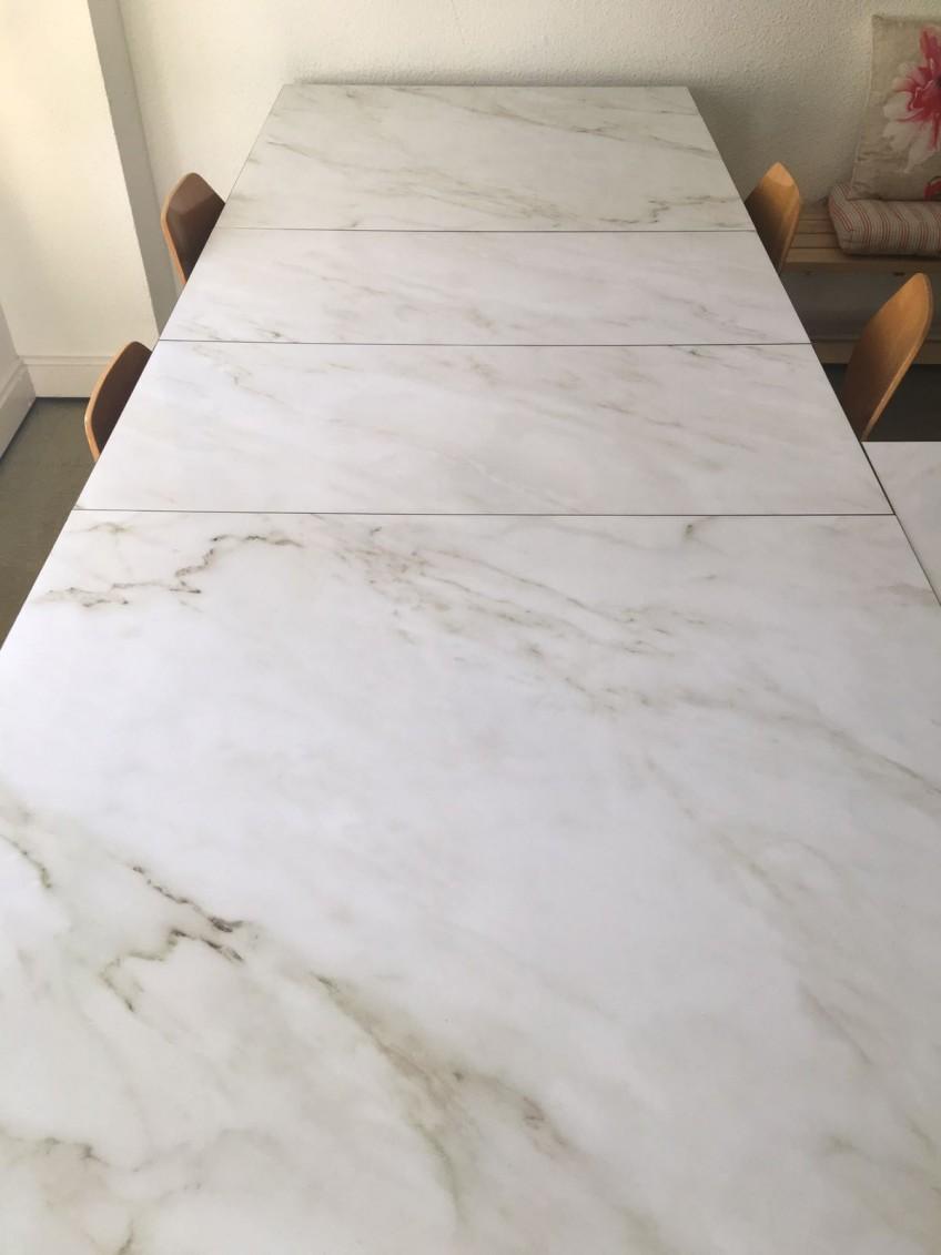 Mesas-para-impartir-talleres-decorada-con-vinilos-textura-de-marmol-blanco-carrara-lokoloko