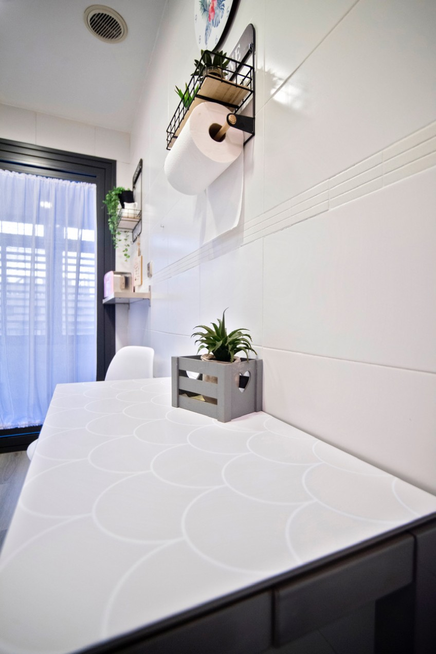 Proteger-mesa-de-cocina-con-vinilo-lavable-escamas-gris-calido-estilo-nordico-lokoloko-decoryver