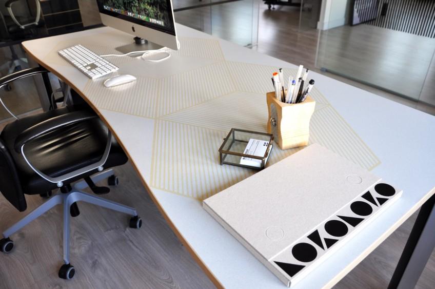 Renovando-mesas-de-oficina-con-vinilo-autoadhesivo-geometria-10-amarillo-mostaza-lokoloko