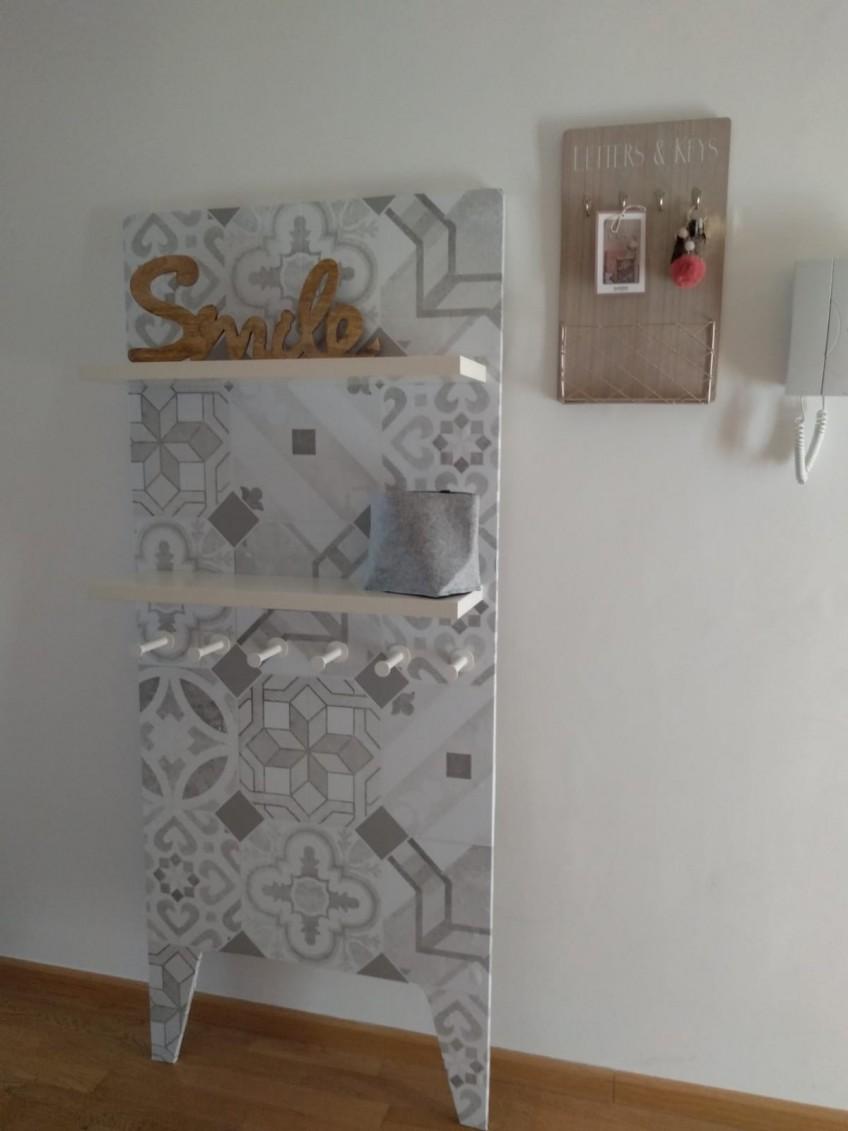 Vinilo-autoadhesivo-lavable-para-renovar-muebles-mosaico-de-baldosas-hidraulicas-4-gris-recibidor-lokoloko