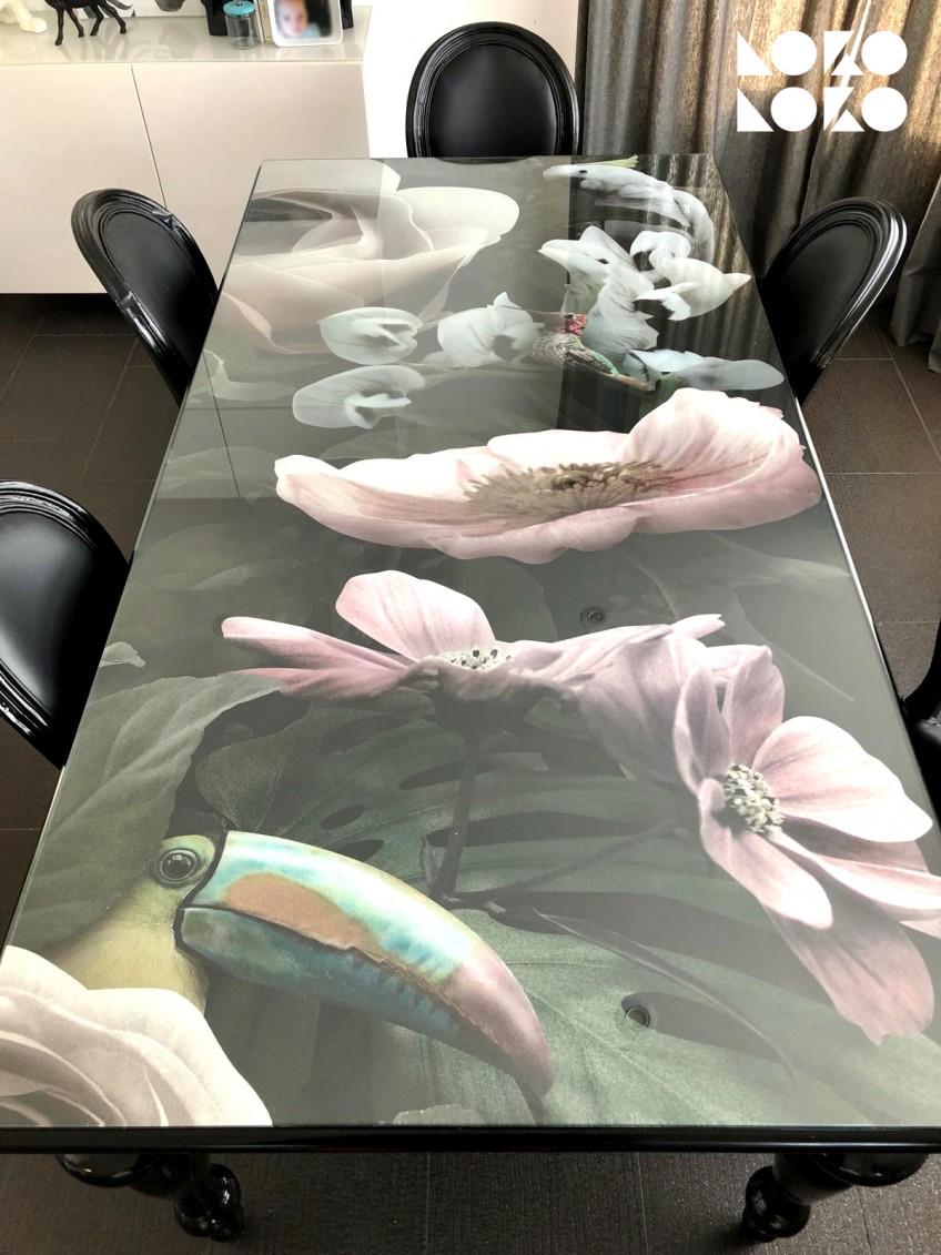 Vinilo-lavable-e-impermeable-atemporal-para-decorar-mesas-de-cristal-de-flores-y-pajaros-exoticos-lokoloko