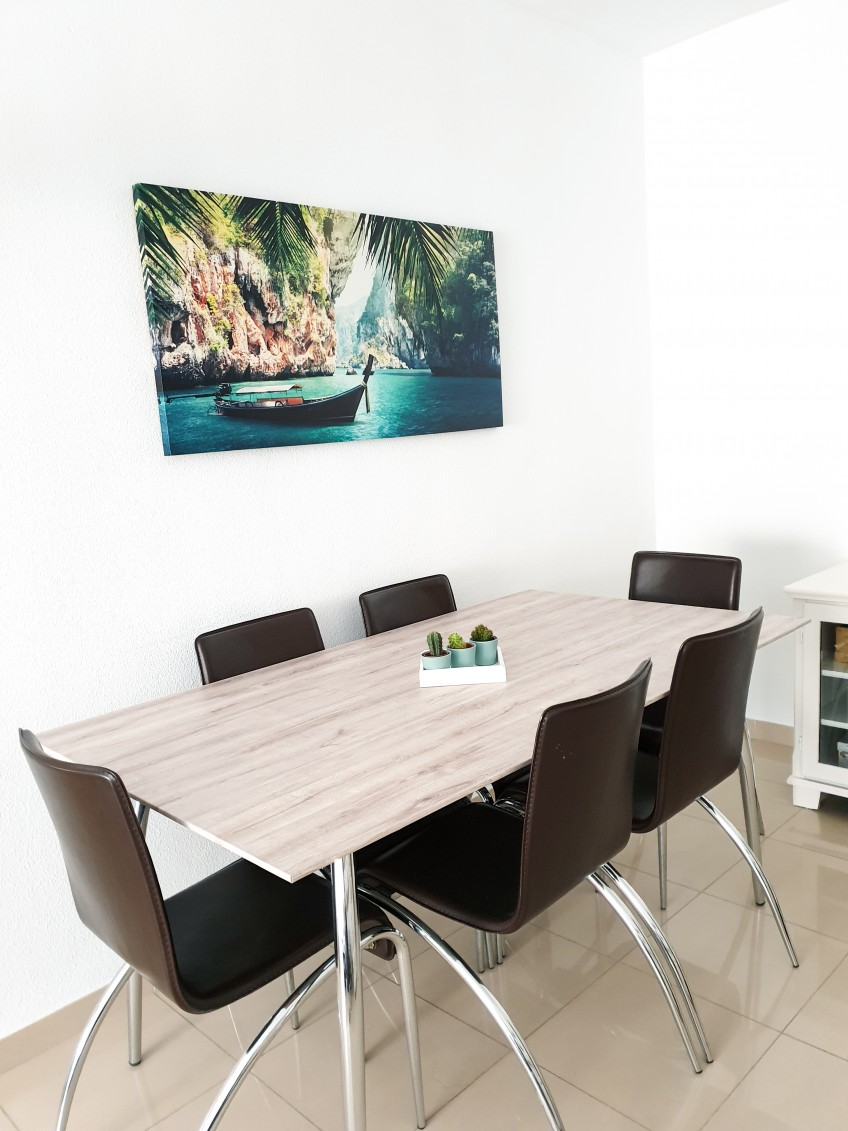 Vinilo-lavable-textura-madera-roble-sin-tratar-para-proteger-mesas-de-cristal-salon-comedor-decoratmr-lokoloko