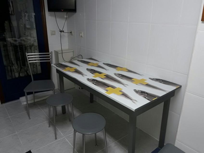 Vinilo-para-proteger-mesas-de-cocina-victims-2-peces-cruces-amarillas-estilo-diferente-lokoloko