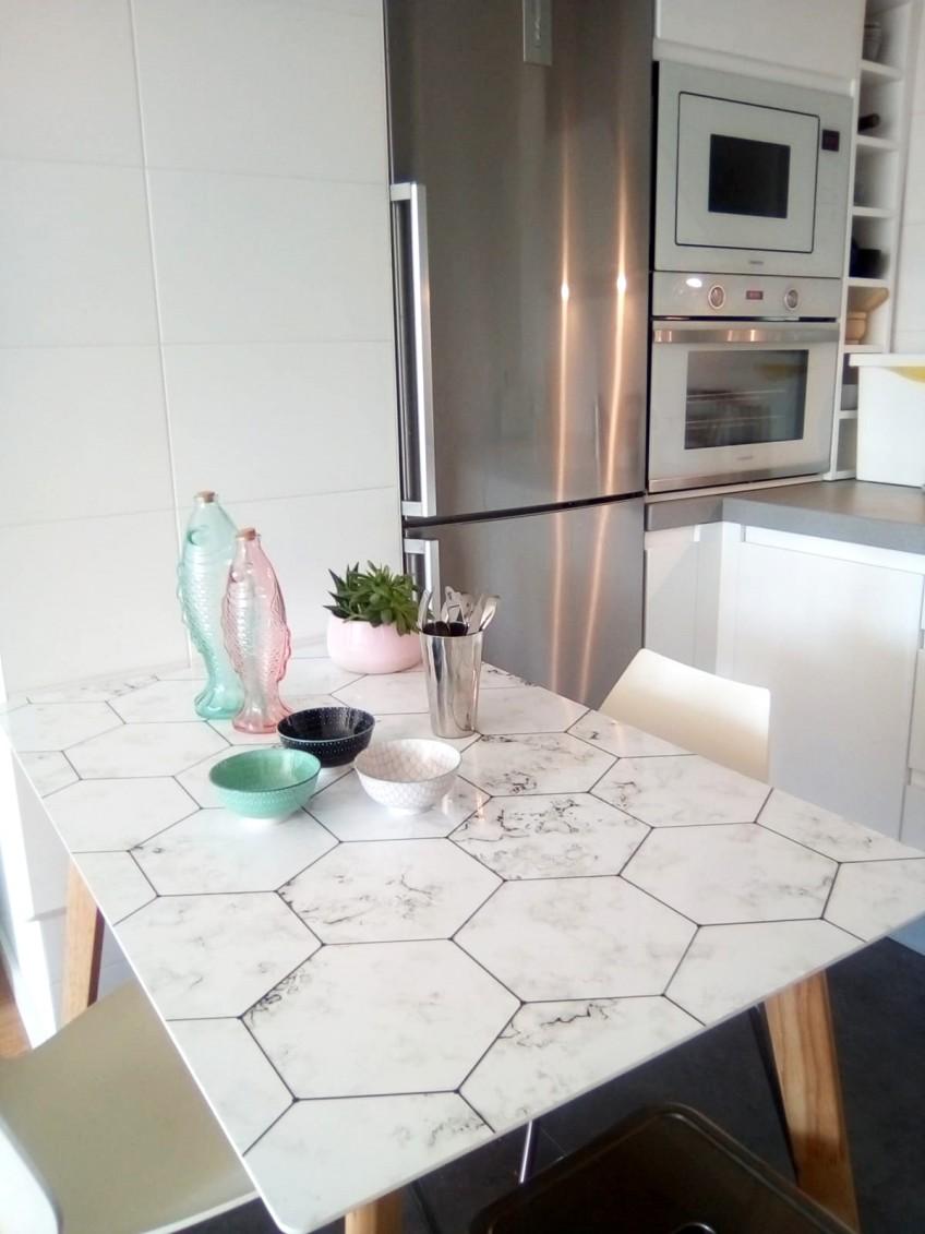 Vinilo-para-renovar-mesas-de-cocina-comedor-azulejos-hexagonales-de-marmol-blanco-lokoloko-design