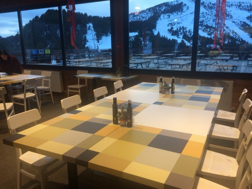 mesas-de-restaurante-decoradas-y-renovadas-con-vinilos-de-patron-geometrico-8-lokoloko