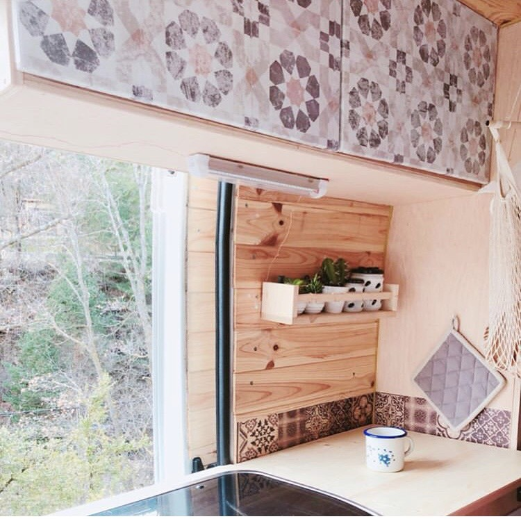 Vinilo-autoadhesivo-de-patron-geometrico-vintage-para-decorar-interiores-de-caravanas-vintage-lokoloko