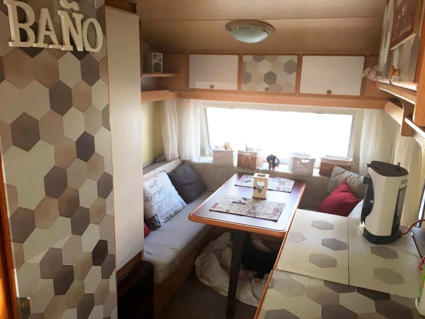 Vinilo-ceramico-adhesivo-lavable-para-decorar-interiores-de-caravanas-modernas-lokoloko