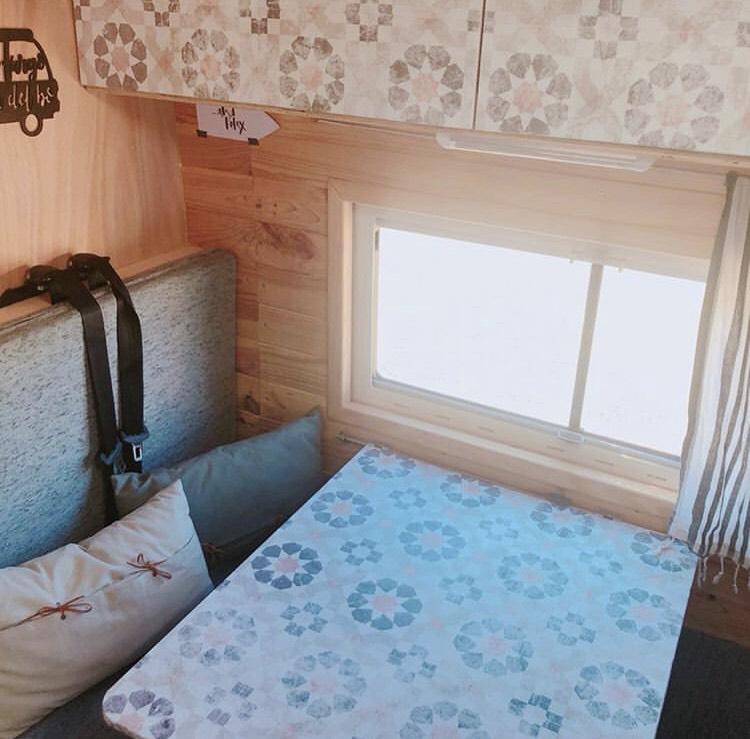 Vinilo-lavable-y-autoadhesivo-de-patron-geometrico-vintage-para-decorar-mesa y cajones-interiores-de-caravanas-vintage-lokoloko