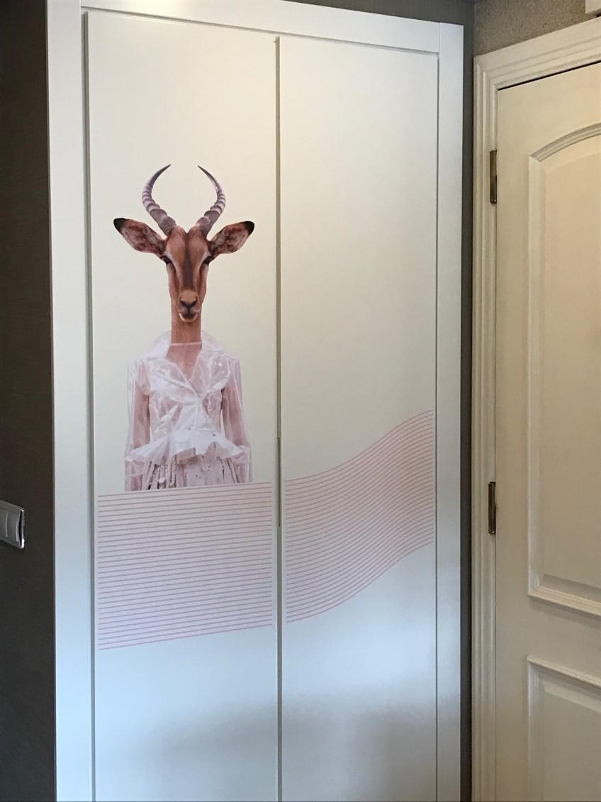 Puertas-armario-infantil-decoradas-con-vinilo-autoadhesivo-retrato-animal-gacela-lokoloko
