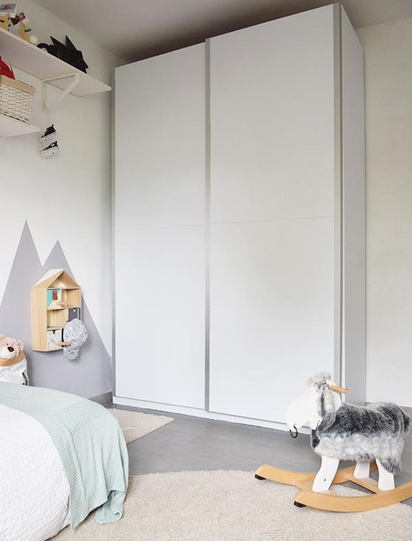 Puertas-de-armario-dormitorio-infantil-transformado-con-vinilo-opaco-blanco-mate-autoadhesivo-y-lavable-lokoloko
