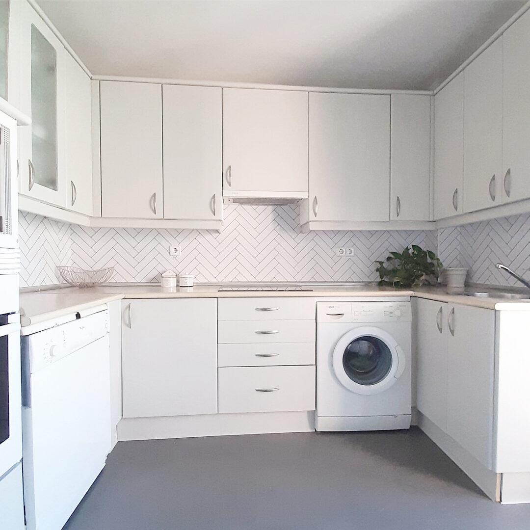 2019-PAR-36-Frente-cocina-vinilo-azulejos-espiga-marmol-carrara-junta-negra