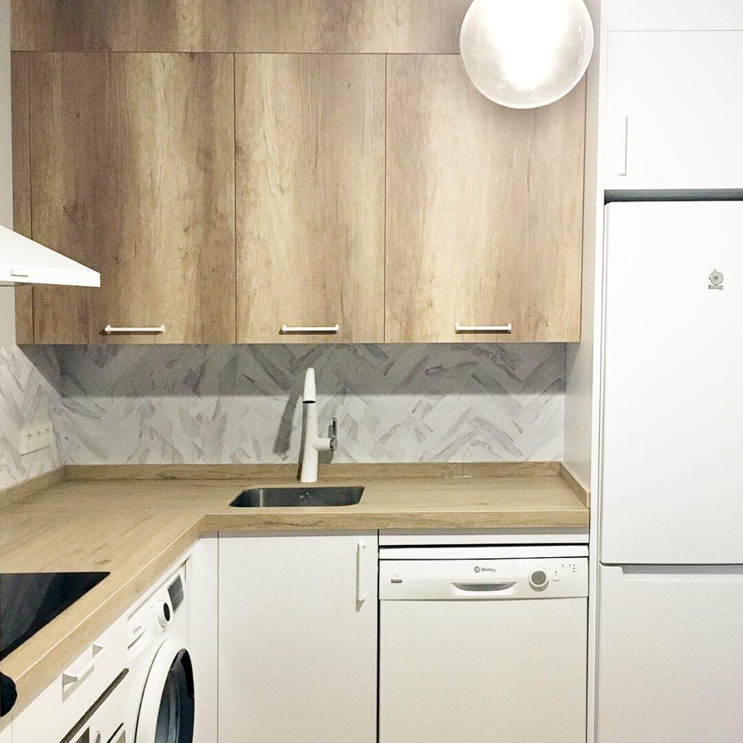 2020-PAR-11-azulejos-en-espiga-marmol-carrara-junta-blanca-vinilo-lavable-autoadhesivo-opaco-frente-cocina-pared-lokoloko-despues