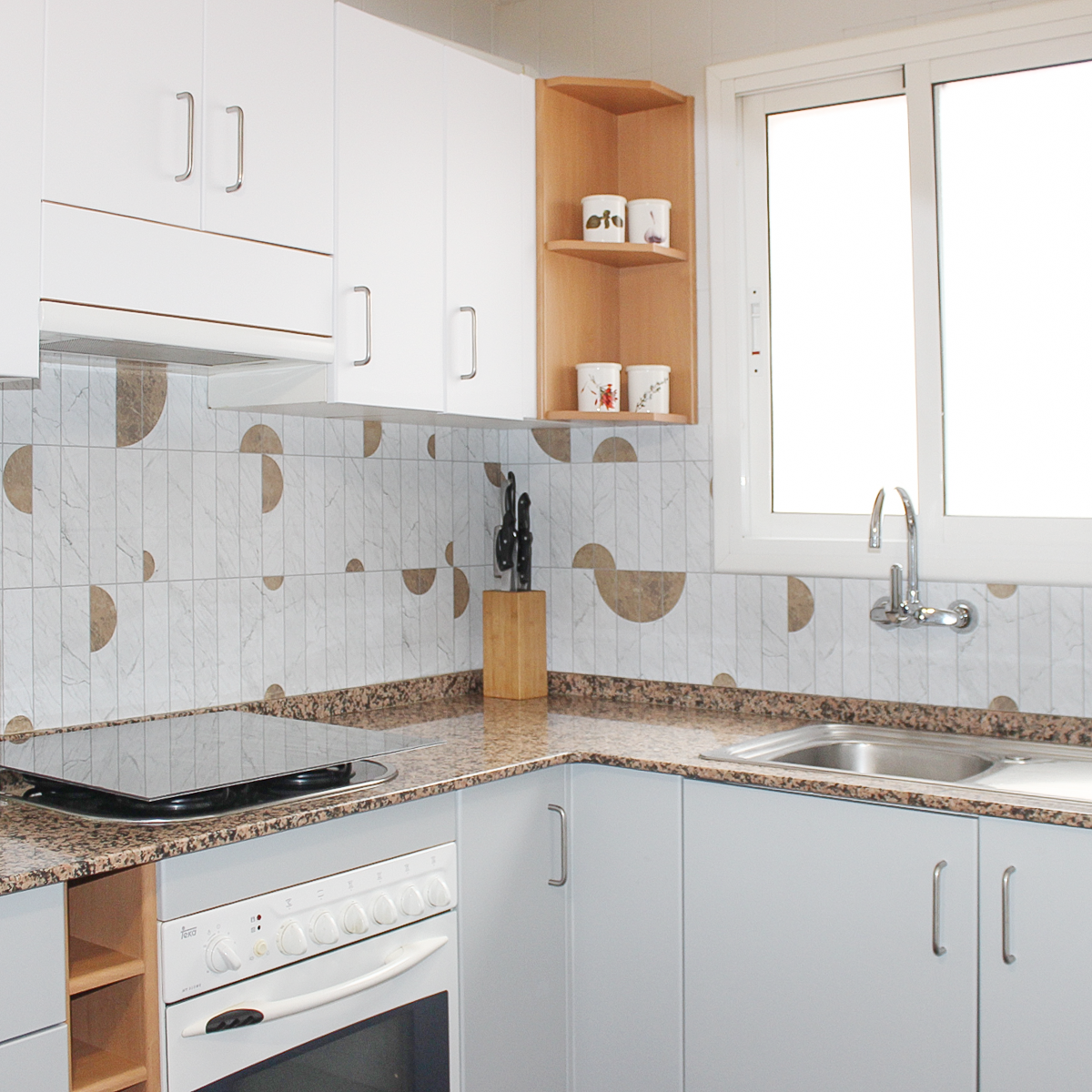 2021-PAR-37-azulejos-verticales-art-deco-marmol-blanco-gris-claro-vinilo-lavable-autoadhesivo-muebles-pared-cocina-frente-copete-lokoloko-despues